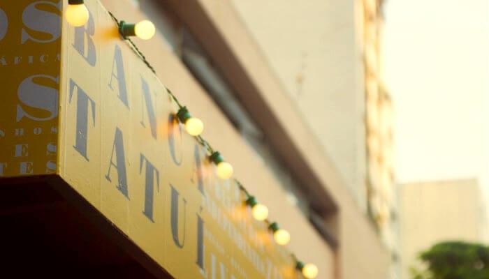 Fachada com letreiro amarelo da Banca Tatuí