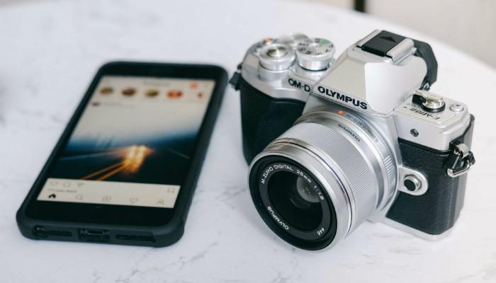 Smartphone e câmera analógica representam ferramentas para instagram