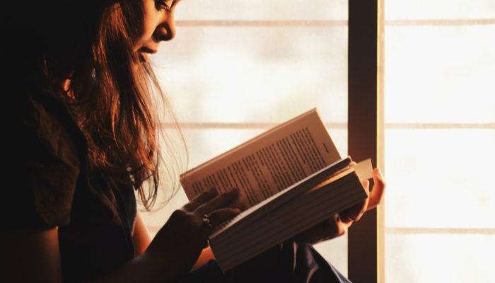 Mulher lê livro, representando o storytelling no ecommerce