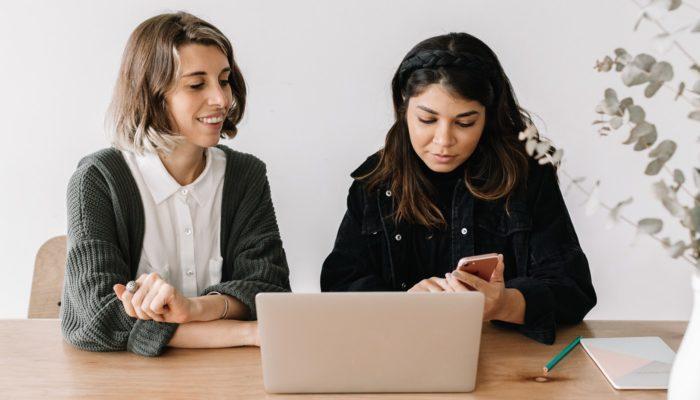 Mulheres conversam para planejar o negócio online nos tempos de coronavírus