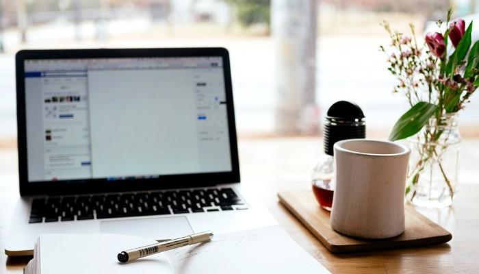 mesa com notebook e notas sobre ferramentas de produtividade