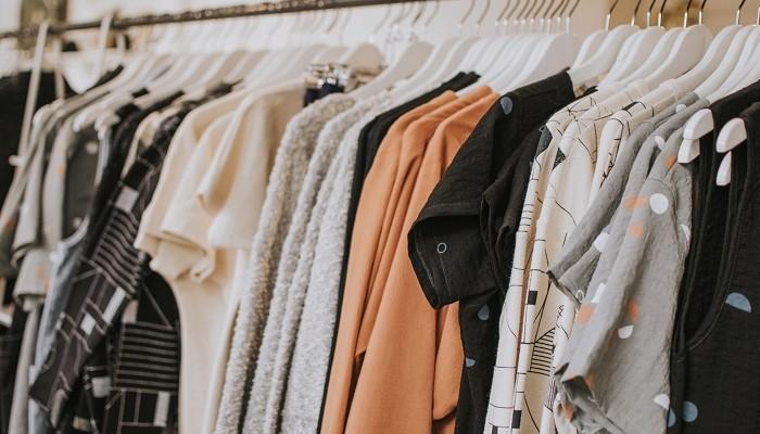 roupas penduradas em uma arara