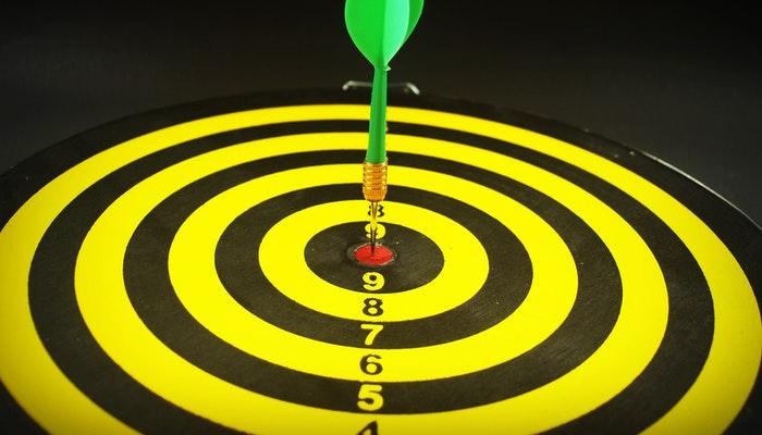 Alvo com dardo no centro, representando a metodologia OKR de objetivos