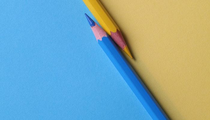Um lápis azul e um amarelo, representando habilidades artísticas para criar banners grátis
