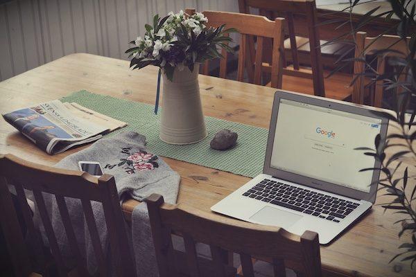 Notebook com página do Google aberta sobre mesa