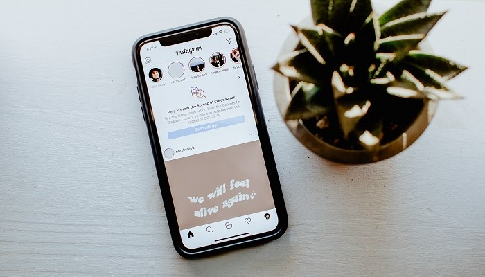 celular com o aplicativo do instagram insights aberto