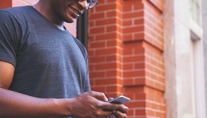 Homem mexendo no smartphone, representando boa usabilidade