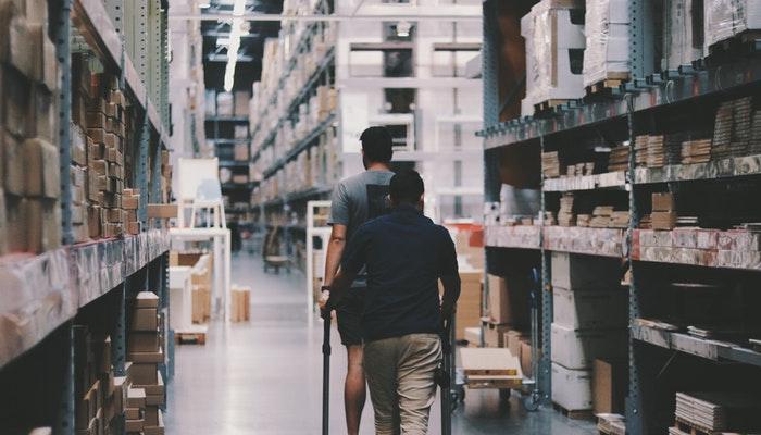 Prateleiras de loja vendendo por atacado, uma possibilidade entre os fornecedores de produtos para revenda