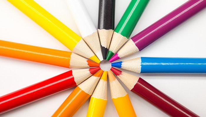 Lápis de cor com as pontas unidas, formando um pequeno círculo no centro, representando o nicho de mercado