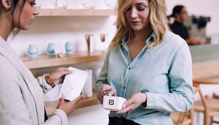 mulher realizando pagamento online