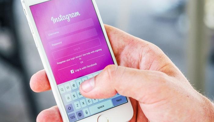 Imagem mostrando um usuário acessando o Instagram através de um smartphone.