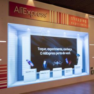 Foto do painel da pop-up store da AliExpress em Curitiba (PR)