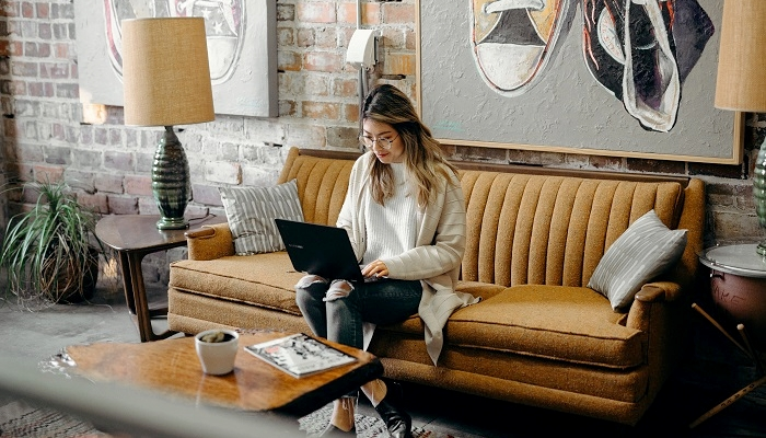mulher criando um site de compras