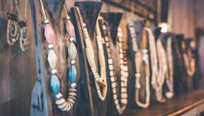 Colares em uma vitrine, representando como montar uma loja de bijuterias