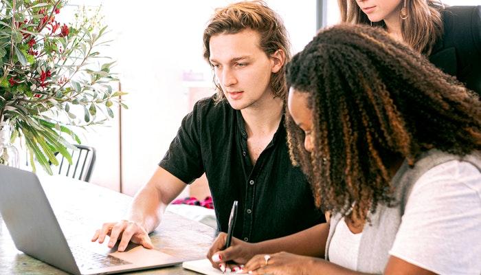 Pessoas em pesquisa de fornecedores de dropshipping