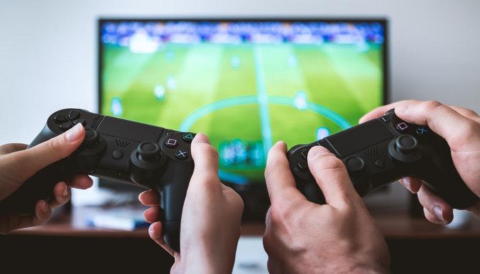 Mãos segurando controles de videogame, representando gamification
