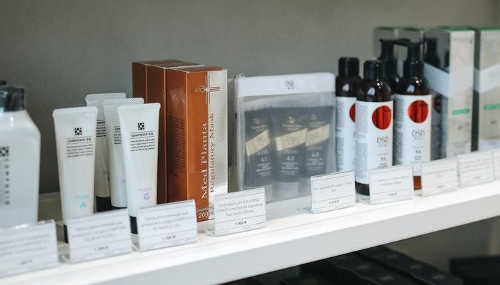 Prateleira com cosméticos e etiquetas de preço, representando uma das possibilidades sobre o que vender para ganhar dinheiro