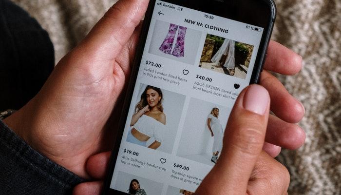 Imagem mostrando uma pessoa usando um smartphone para acessar um marketplace.