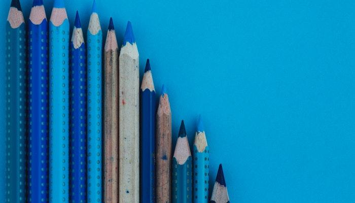 Imagem mostrando um conjunto de lápis em tons de azul, representando uma paleta de cores.