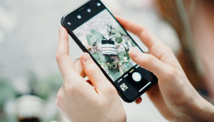 persona con celular en aplicaciones para editar fotos para instagram