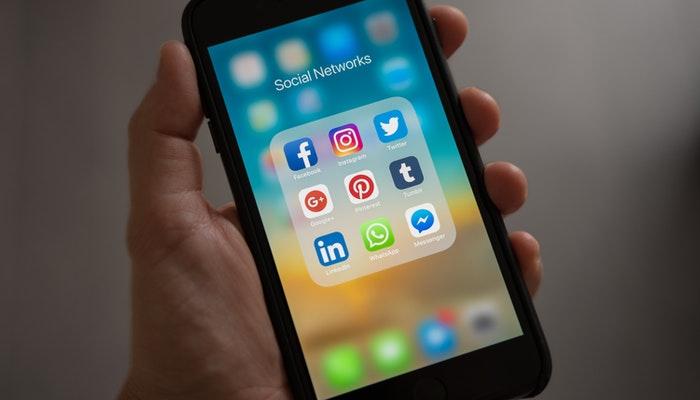 Imagem mostrando um celular conectado às redes sociais, representando a gestão das redes sociais.
