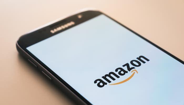 Imagem mostrando o aplicativo da Amazon nem um celular.