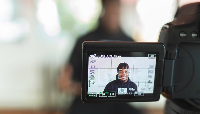 homem gravando vídeo para o youtube