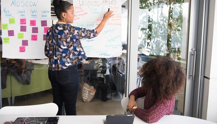 Imagem mostrando mulheres em reunião de negócios.