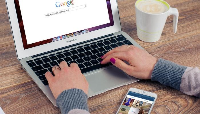 Imagem mostrando um notebook com a tela inicial do Google aberta.