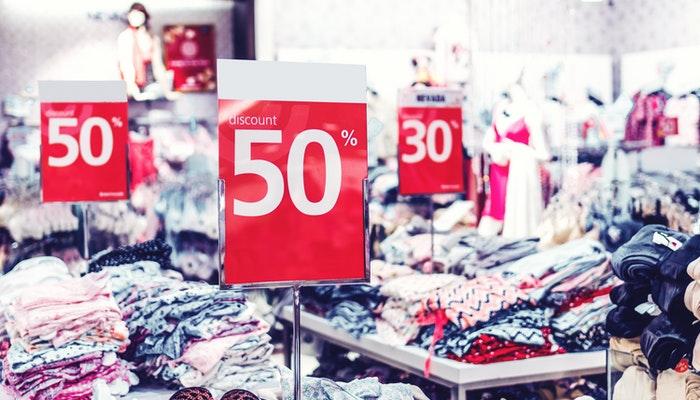 Imagem mostrando uma loja em promoção, representando as iniciativas da Semana do Brasil.