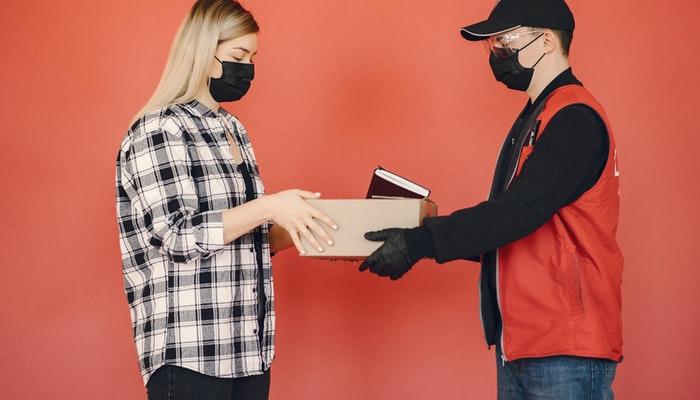 Imagem mostrando a entrega de uma encomenda.