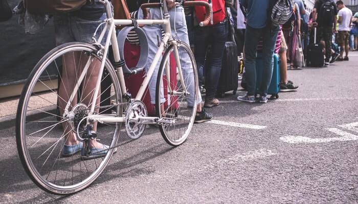 Foto mostra pernas de pessoas em fila, representando como captar clientes