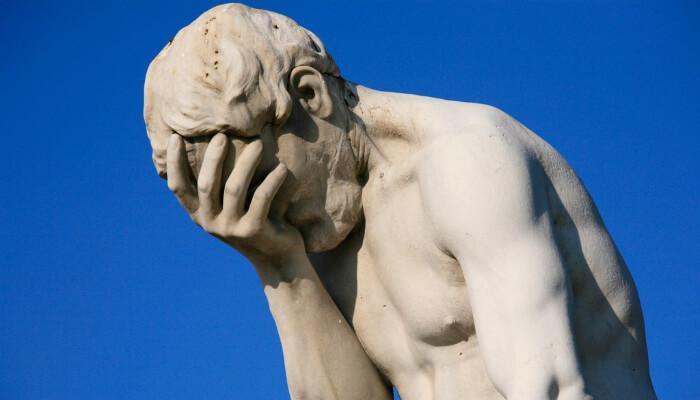Imagem de estátua com mão na testa e expressão de lamento, representando dicas de como não perder vendas no e-commerce