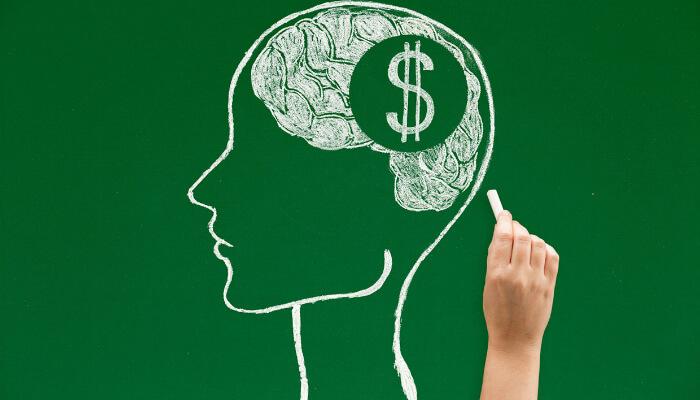 Ilustração de uma cabeça humana desenhada com giz e, no meio do cérebro, um desenho de cifrão, representando a dúvida de quanto custa anunciar no Facebook