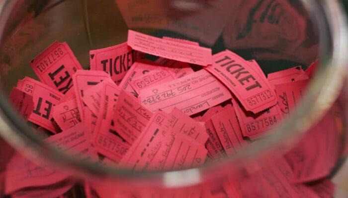 Imagem de pote com bilhetes, representando os concursos e sorteios