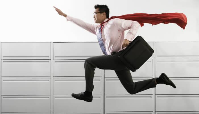 Homem de roupa formal e capa pula, representando os programas de incentivo a lojas online