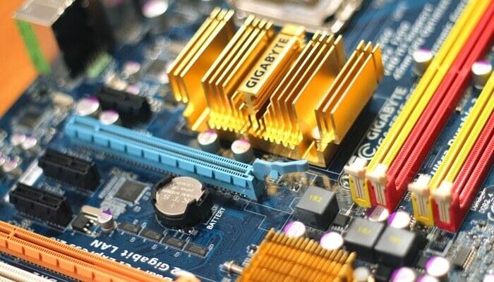 Peças internas de eletrônico, representando a análise digital