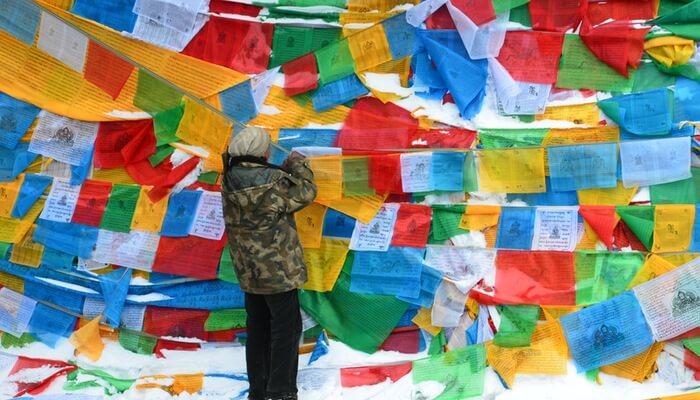 Bandeiras coloridas na parede representam o banner rotativo