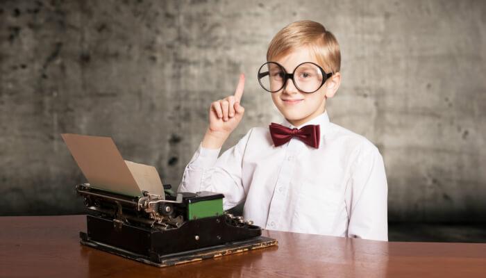 Menino de óculos em frente a máquina de escrever representa o blog no Tumblr