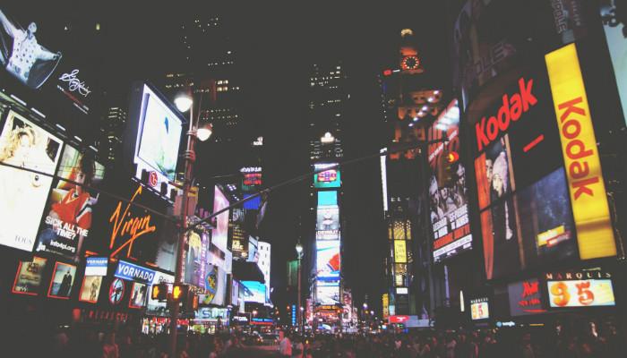 Anúncios da Times Square, em Nova York, representando como anunciar no Facebook Ads