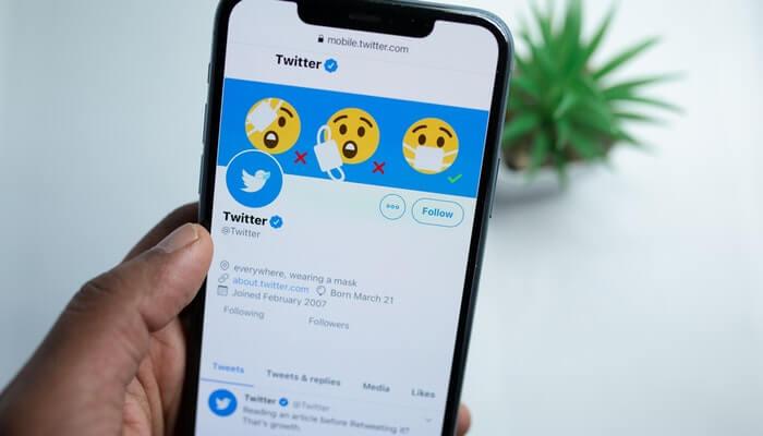 Tela de smartphone mostra conta oficial no Twitter
