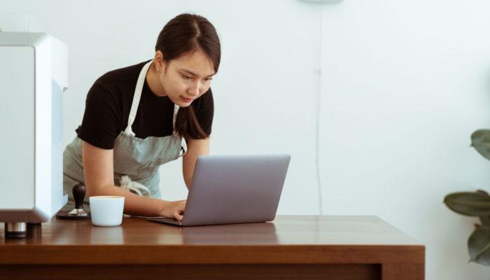 Mujer trabajando con computadora portatil