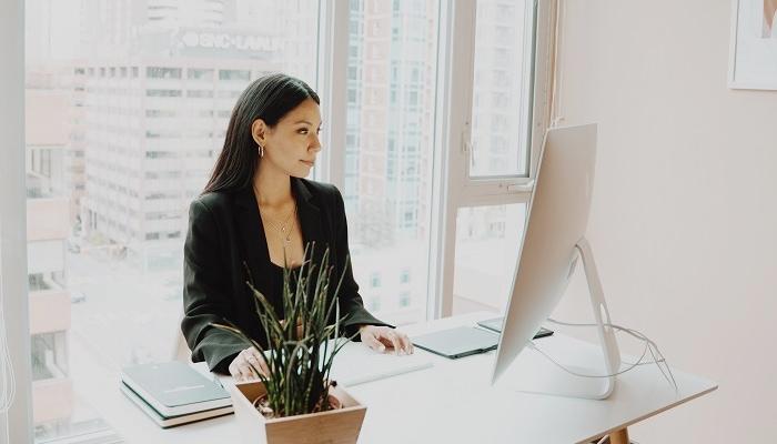 empreendedora de e-business trabalhando
