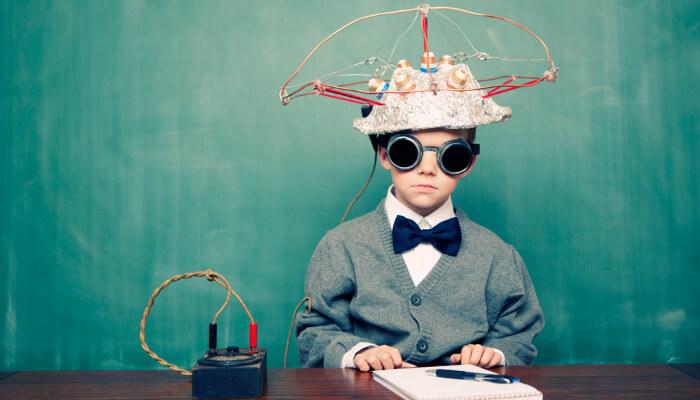 Menino com chapéu ligado a fios, representando empreendedores visionários