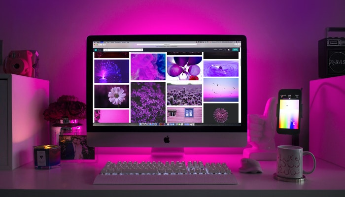 Imagem mostrando um computador exibindo imagens aleatórias em tons de roxo.