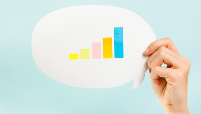 Balão de diálogo com gráfico de barras dentro, representando métricas de atendimento ao cliente