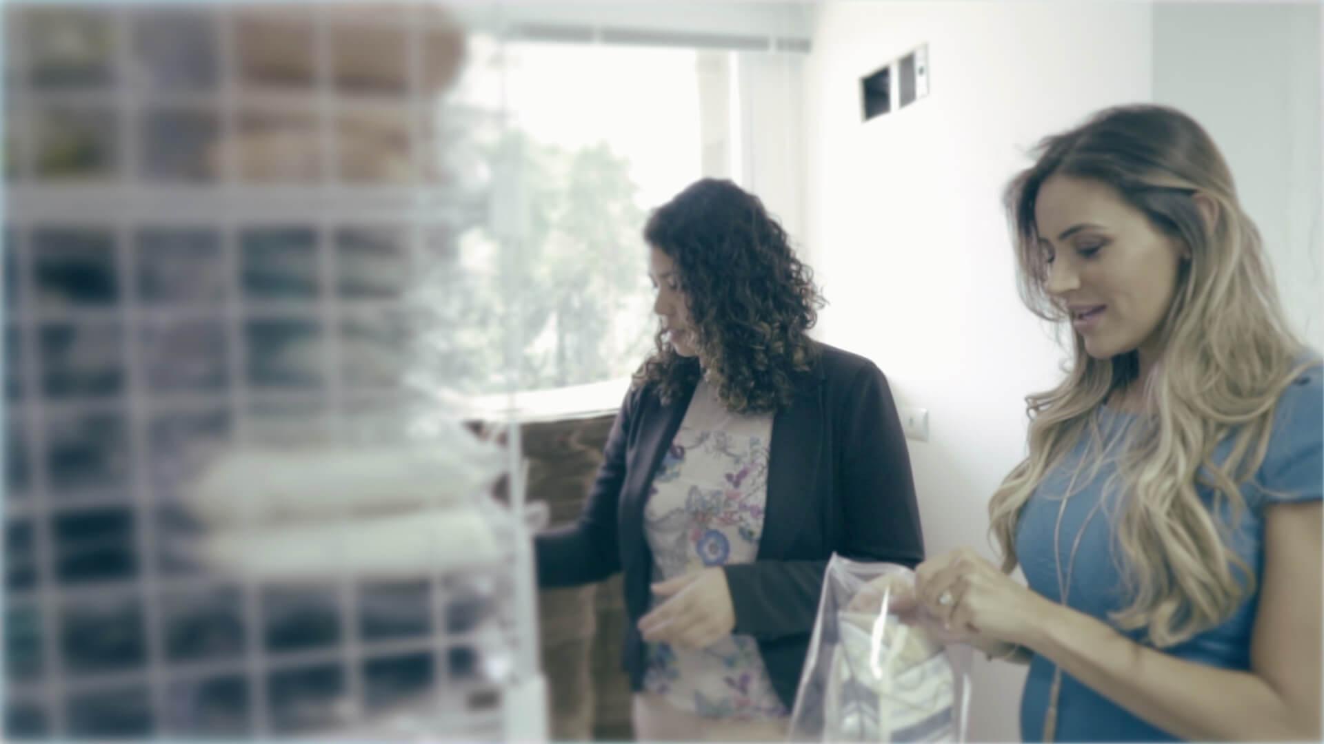 Fundadora da Morango Brasil organiza o estoque