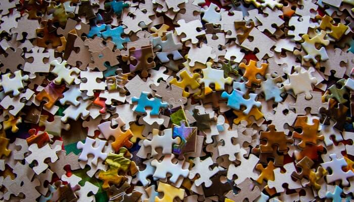 Milhares de peças de quebra-cabeça, representando o omnichannel e cases de sucesso