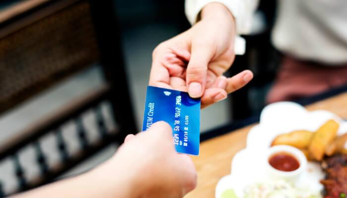 Cartão de crédito azul representa o PagSeguro no e-commerce