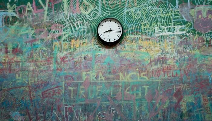 Relógio em parede colorida com grafitti, representando a personalização da loja online